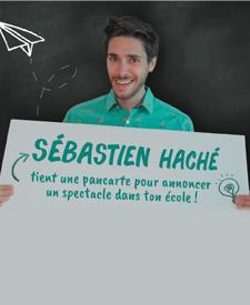 SÉBASTIEN HACHÉ TIENT UNE PANCARTE POUR ANNONCER UN SPECTACLE DANS TON ÉCOLE